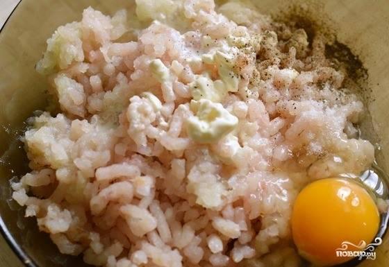 Кусочек хлеба положите в пиалочку и залейте сливками. Они обязательно должны быть жирными, чтобы котлеты не получились сухими. Рыбное филе пропустите через мясорубку вместе с очищенным луком. Можно измельчить ингредиенты в блендере. Добавьте фарш к размоченному хлебу. Вбейте сырое куриное яйцо, посолите, поперчите и хорошенько все перемешайте.