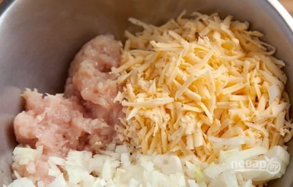 Затем к курице добавьте размякший хлеб, натрите сыр и нарежьте мелко лук.