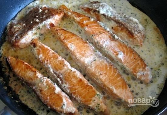 7.Остатки сметанного соуса выкладываю прямо в сковороду и довожу до кипения, сразу после этого еще раз переворачиваю рыбку и через 1 минуту снимаю ее с огня.