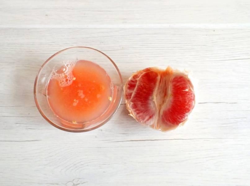 Очистите грейпфрут, выдавите сок.