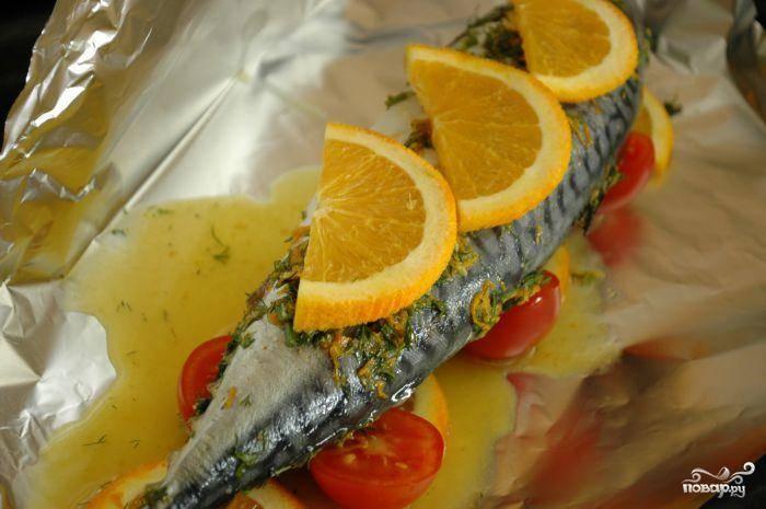 Берем лист фольги, выкладываем замариновавшуюся рыбу. При желании, можете добавить пару ломтиков лимона или апельсина (необязательно).