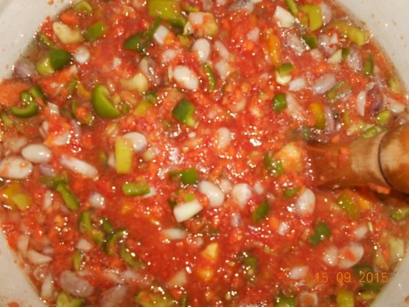 7. Смешайте в емкости, в которой будете варить салат: фасоль, помидоры, лук, перец, морковь. Добавьте соль, сахар, масло и острый перец. Поставьте на огонь, варите 1 час на среднем огне.