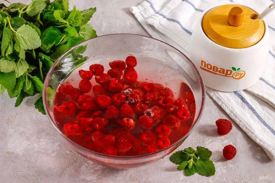 Малину высыпьте в глубокую емкость и залейте холодной водой. Оставьте на 5-10 минут, чтобы удалить насекомых внутри ягод, если они там есть. Затем воду слейте.