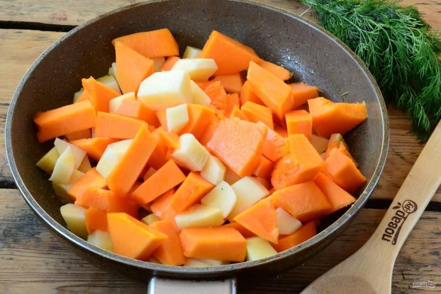 Выложите в сковороду картофель и тыкву. Я готовлю прямо в сковороде, но можно все переложить кастрюлю.