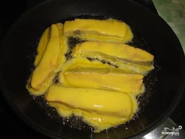 7. На сковороде разогрейте растительное масло. Каждый кусочек рыбы окуните в полученную массу, жарьте кижуч в кляре в домашних условиях с двух сторон до румяной корочки. После переложите на бумажную салфетку, промокните масло — и сразу же подавайте к столу.