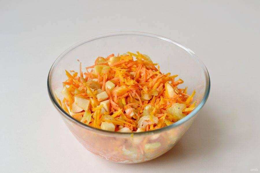 Заправьте салат, посолите и хорошо перемешайте. Оставьте салат настояться минимум на полчаса.
