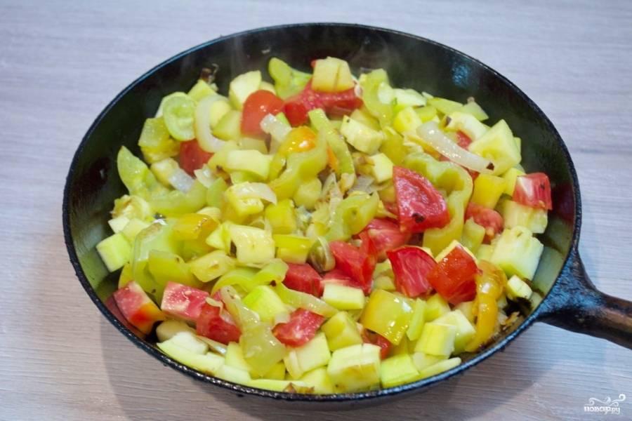 Помидоры нарежьте на небольшие кубики. Кабачки с другими овощами тушатся уже около 20 минут, теперь можно добавить в сковороду нарезанные помидоры.