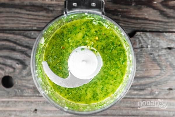 4.Тем временем сделайте заправку: в чашу блендера выложите оставшийся базилик, очищенный чеснок, 30-50 миллилитров оливкового масла, сок лайма, соль и перец, все взбейте.