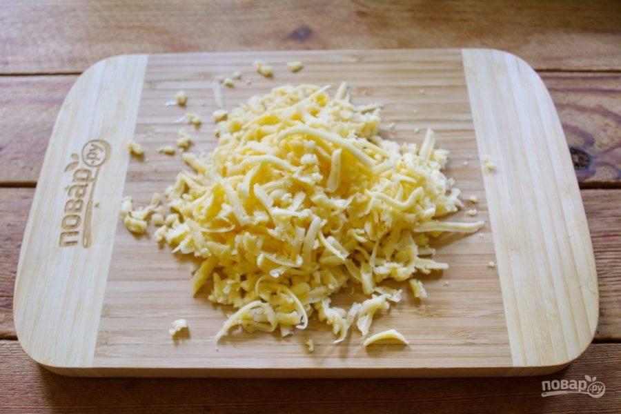 Натрите на крупной терке твердый сыр.