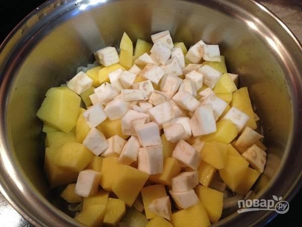 2. Очистим картофель и сельдерей. Картофель нарежем чуть крупнее сельдерея. Добавляем в кастрюлю к луку и чесноку.