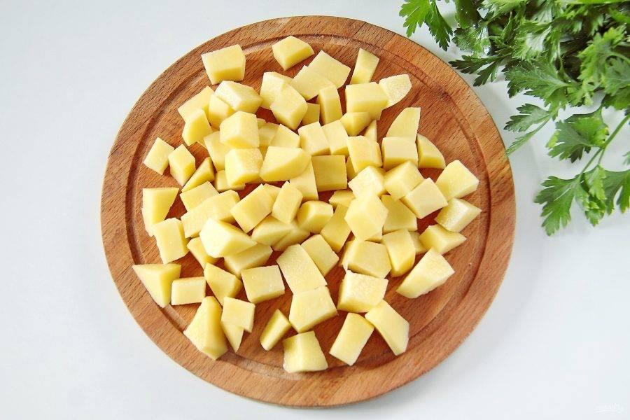 Добавьте в кастрюлю нарезанный кубиками картофель и варите около 10 минут.