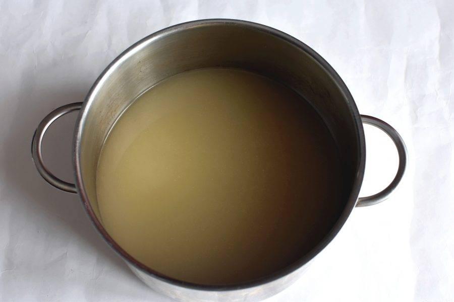 Оставшийся бульон процедите через влажную полотняную салфетку. Добавьте 2-3 ложки бульона в мясную массу и тщательно перемешайте.