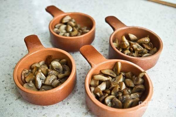 Обжаренные грибы разложите по коконтицам.