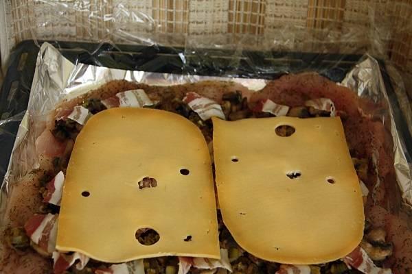 8. Для пикантности также классический рецепт рулета из куриной грудки можно дополнить сыром.