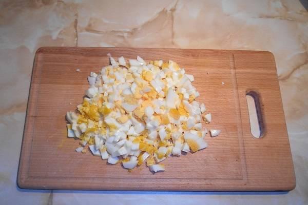 4. Отдельно нужно сварить яйца вкрутую, остудить и очистить. Нарезать соломкой или кубиками.