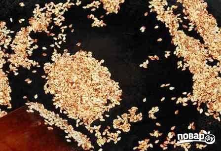 Семена кунжута обжариваем на сухой и очень горячей сковороде, все время помешивая, до легкого золотистого цвета.