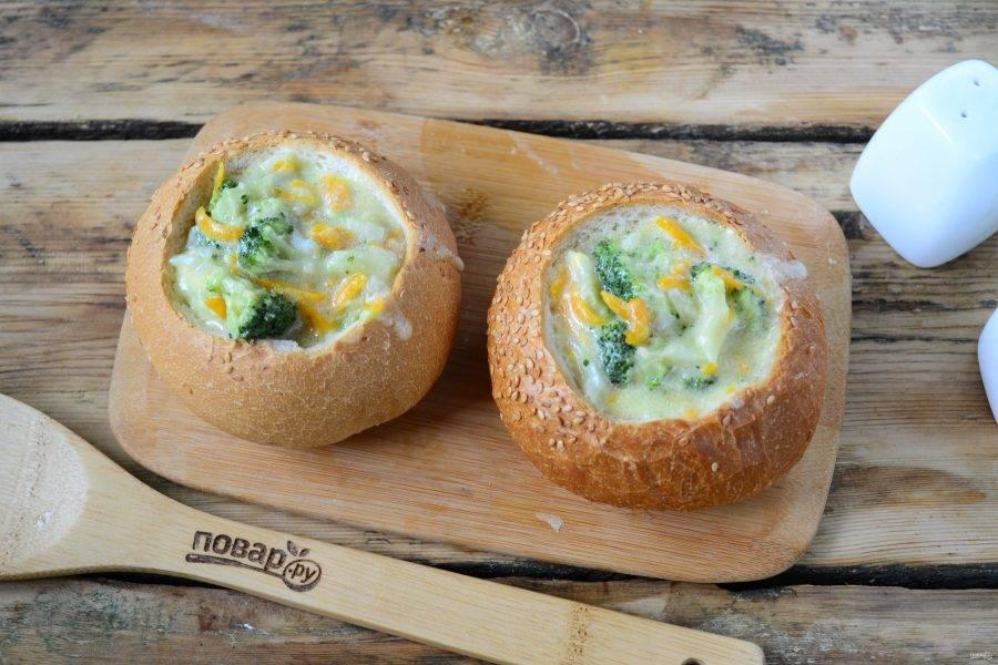 Наполните булочки сырным супом с брокколи. Аромат стоит волшебный, не правда ли?