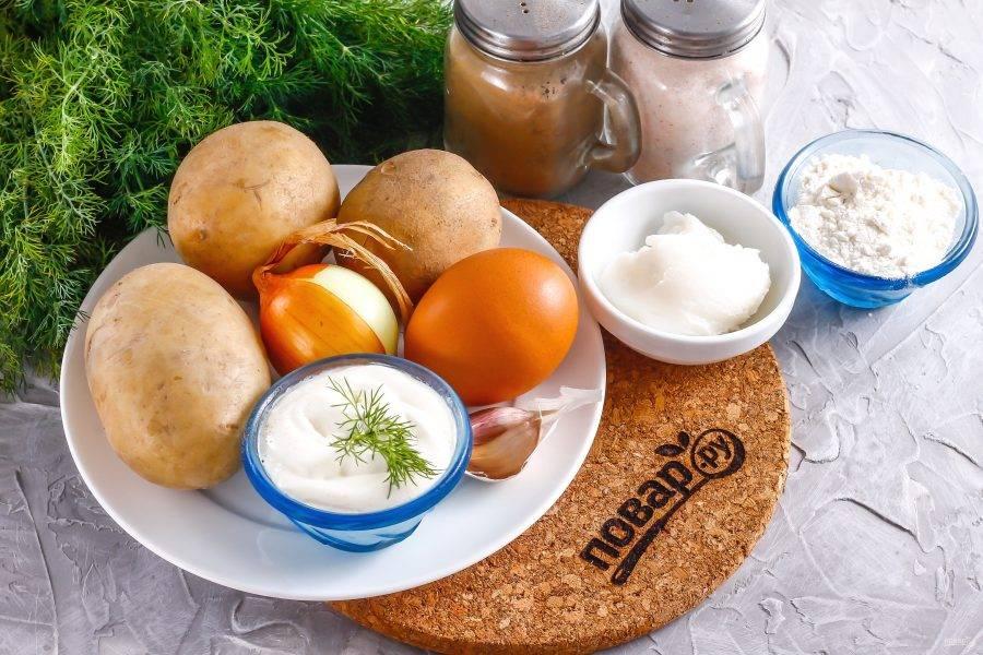 Подготовьте указанные ингредиенты. Картофель, лук, чеснок очистите от кожуры и промойте в воде.