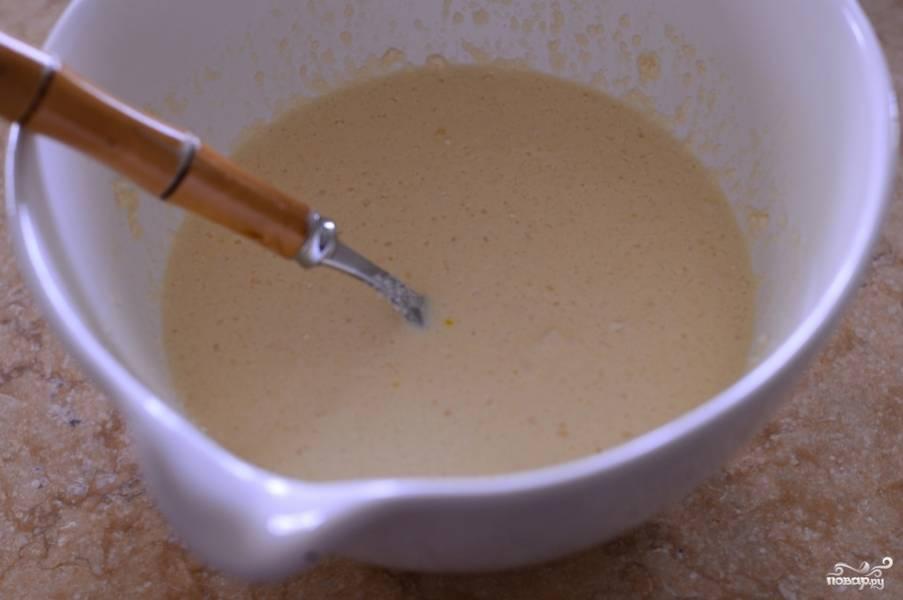 Готовим кляр. В миску разбить яйцо, добавить муку и постепенно вливая воду взбить до густоты сметаны. Посолить.