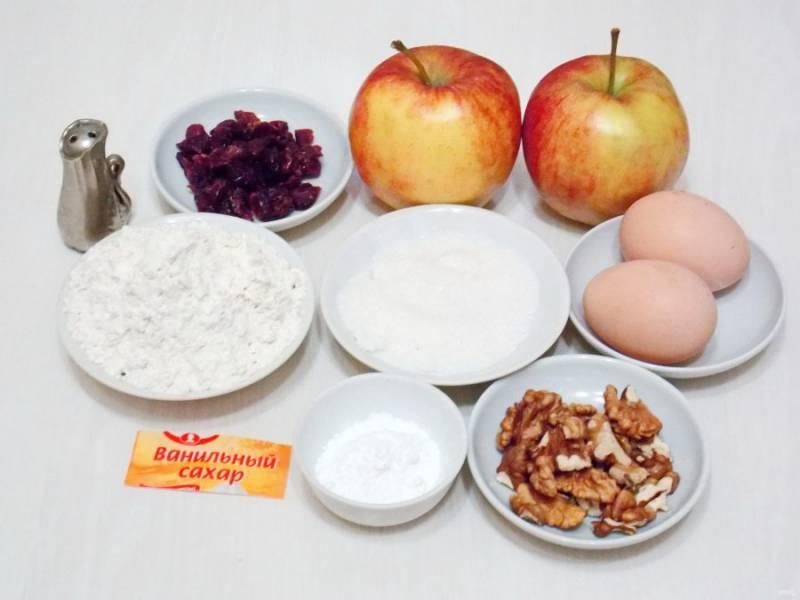 Подготовьте все необходимые ингредиенты для приготовления быстрого яблочного рулета с брусникой.
