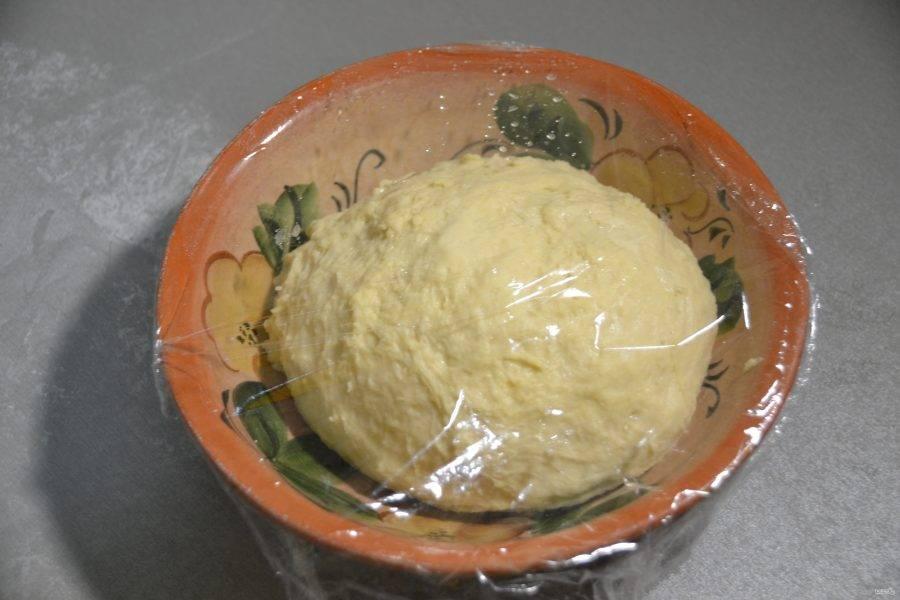 Накройте тесто пленкой и дайте ему подойти в течение 40 минут.