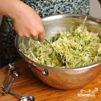 13. Хорошенько перемешайте салат из капусты и огурцов.