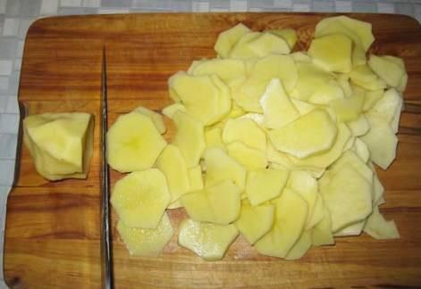 Нарезаем пластинами картофель.