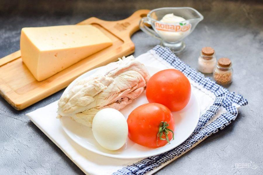Подготовьте все ингредиенты. Заранее отварите куриное филе в течение 30 минут в подсоленной воде. Также отварите куриное яйцо вкрутую.
