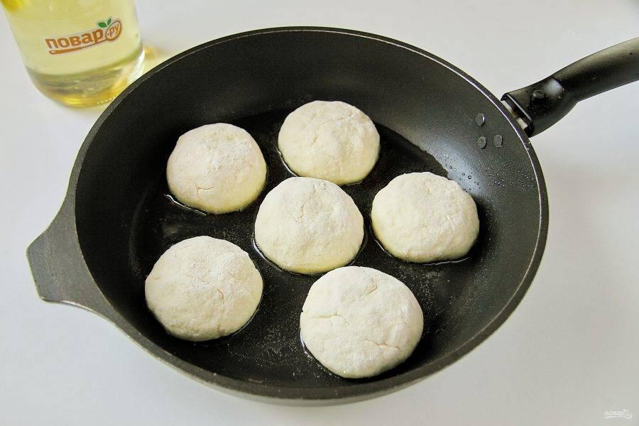 Выкладывайте сырники на разогретую сковороду с маслом.