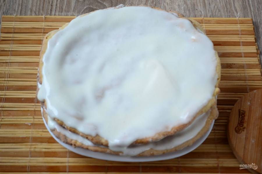 Соберите торт, смазав каждый корж кремом.