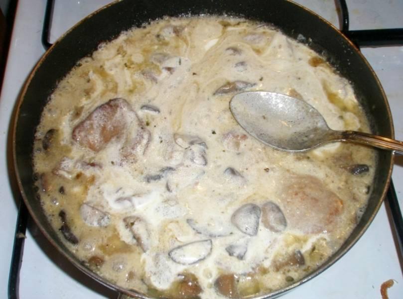 После чего выкладываем на сковороду сметану, перемешиваем все, при необходимости добавляем соль и специи. Опять накрываем сковороду крышкой и тушим все еще минут 10-12 на медленном огне.