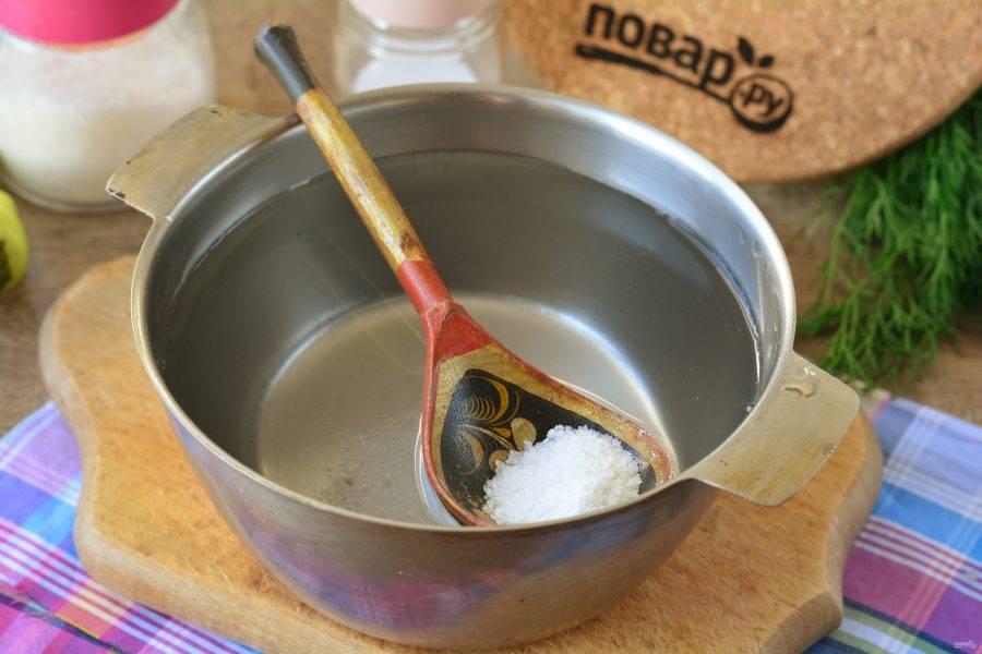 Для маринада вскипятите воду, всыпьте соль и сахар. Размешайте и влейте уксус. Выключите огонь.