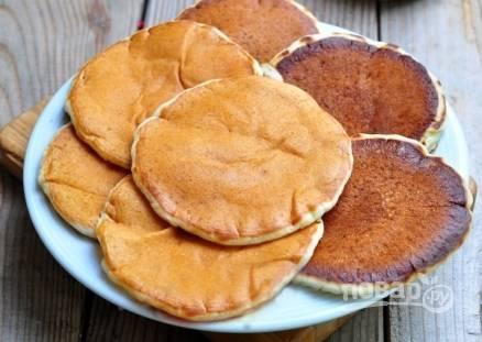 Готовые панкейки подавайте, полив медом или шоколадом. Или же как американцы — с кленовым сиропом.