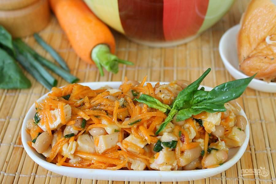 Салат с фасолью, морковью и копченой курицей