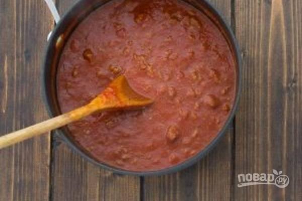 Добавьте соус, уменьшите огонь до минимума и тушите еще минут 20.