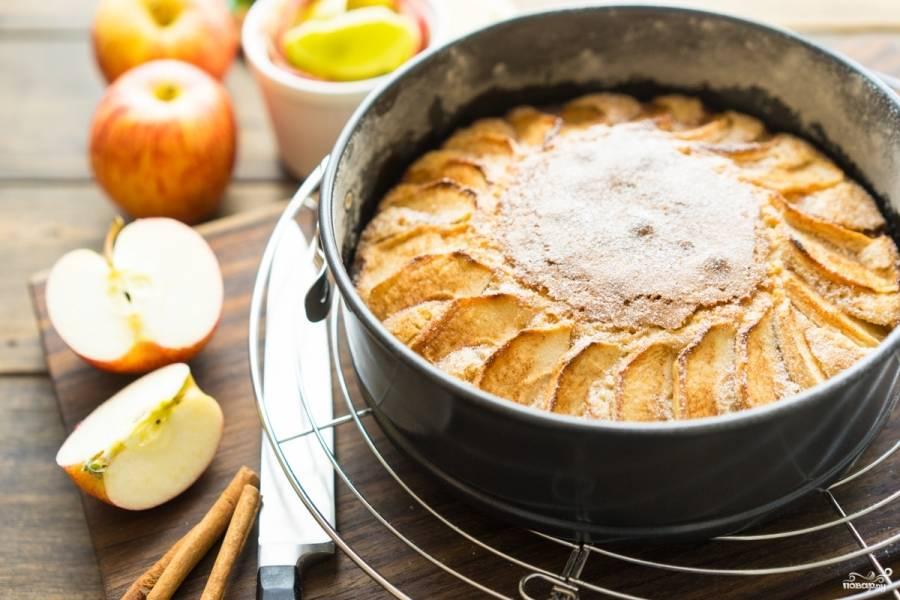 Отправьте пирог в разогретую до 175 градусов духовку на 10 минут. Потом убавьте температуру до 155 градусов и выпекайте пирог еще полчаса (или 40 минут, зависит от высоты формы, надо, чтобы тесто полностью пропеклось).