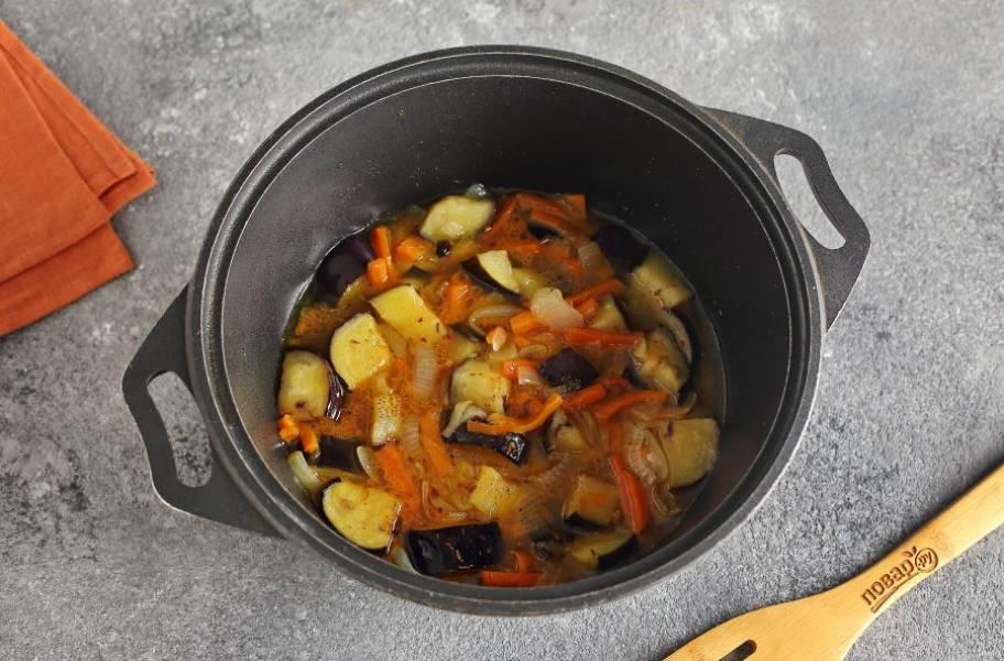 Затем влейте кипяток, чтобы вода почти полностью покрыла овощи. Добавьте соль, специи по вкусу и варите овощи на небольшом огне 5 минут.