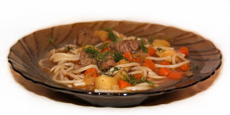 5. При подаче насыпаем в тарелку сначала лапшу, а потом заливаем сверху мясным соусом. Приятного аппетита!