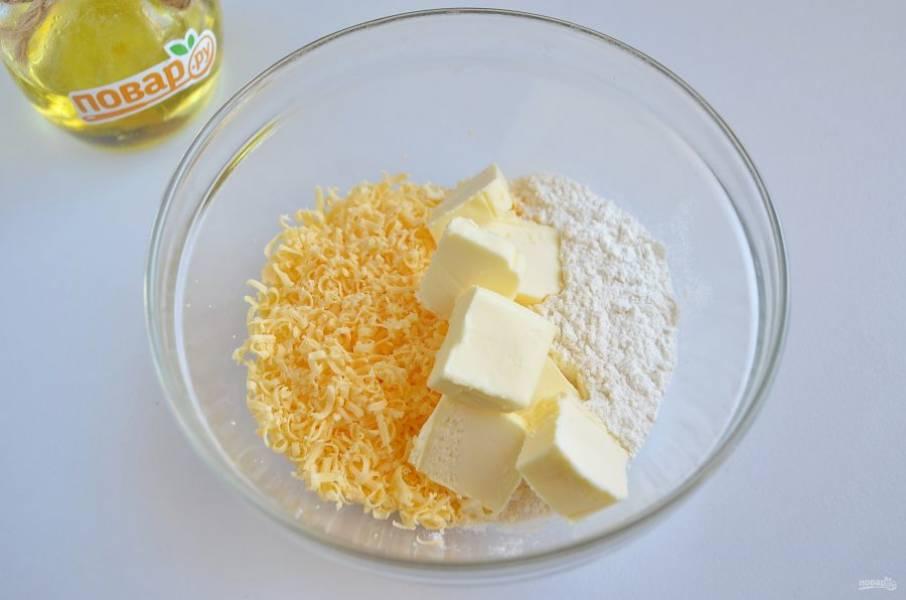 3. Приготовьте штрейзель: соедините муку, тертый сыр, холодное сливочное масло. Хорошо перетрите всё в мелкую крошку и уберите на 5-7 минут в морозилку.