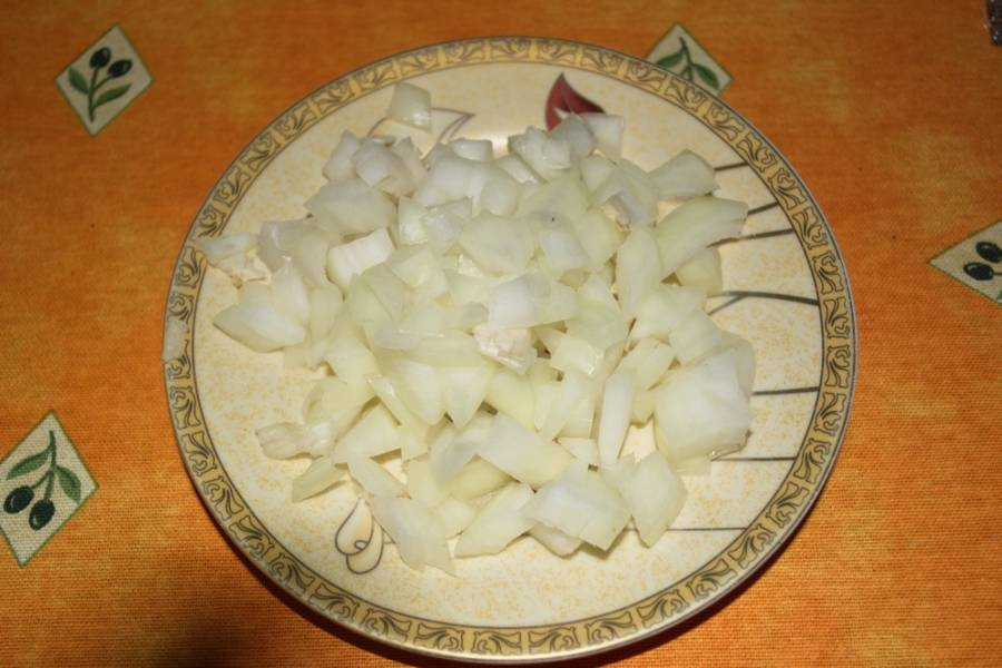 Горох будет вариться около 1 часа.  Пока он варится, нарезаем лук.