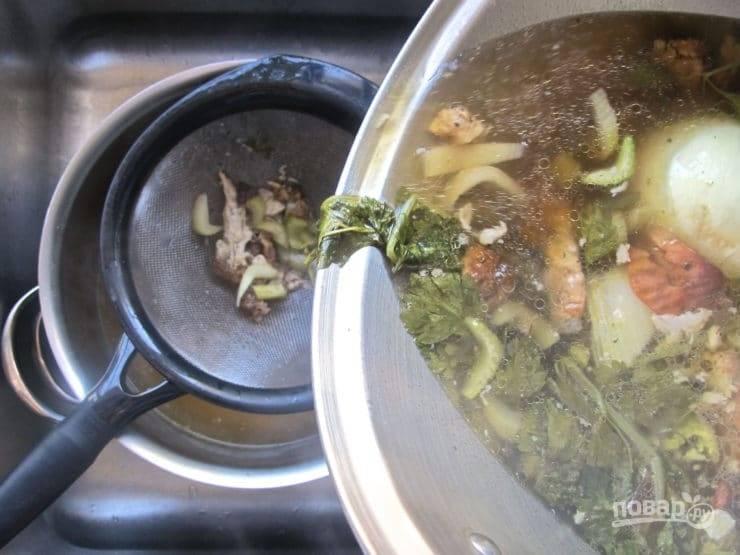3. Варите суп 90 минут на среднем огне. Затем процедите, оставив только бульон.