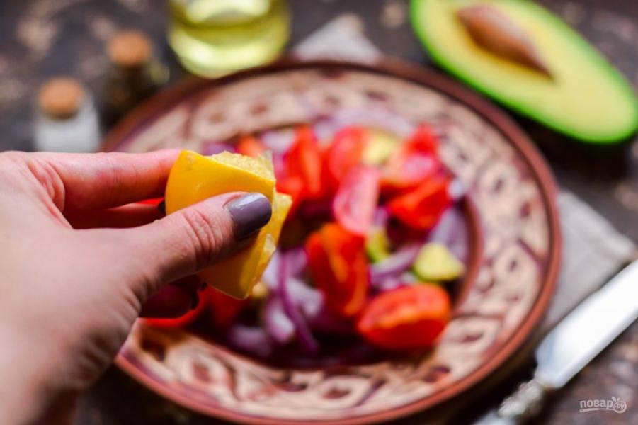 Добавьте в салат сок лимона, соль, перец, растительное масло.