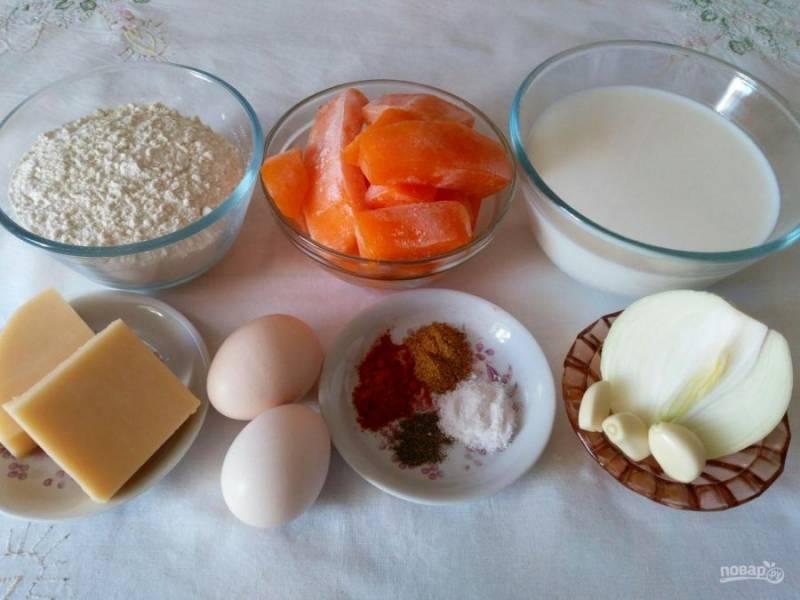 Подготовьте необходимые ингредиенты. Тыкву можно использовать как в замороженном (заранее извлеките из морозильной камеры), так и в свежем виде. Сорт сыра для начинки блинного рулета также можно выбрать согласно вкусовым предпочтениям (в данном варианте используется гауда).