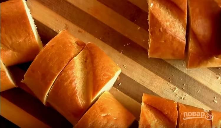 1. Нарежьте батон толщиной 3-5 см.