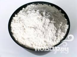 3. В миске среднего размера смешать муку, разрыхлитель, 2 столовые ложки сахара и соль.