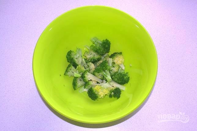 Брокколи окуните в ледяную воду и обсушите. Аккуратно нарежьте соцветия небольшими кусочками и выложите в миску.