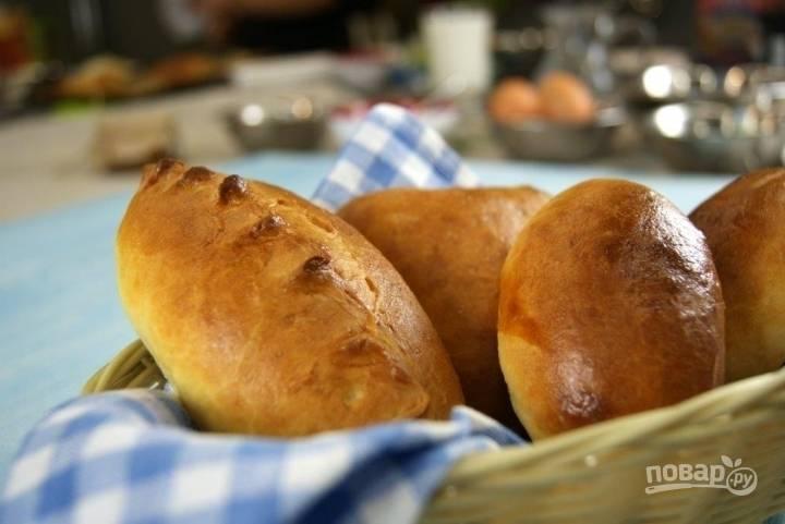 Поверхность пирожков перед выпеканием рекомендуется смазать заваркой. Так они приобретут красивый цвет во время выпекания. Пирожки с капустой готовы, приятного аппетита!