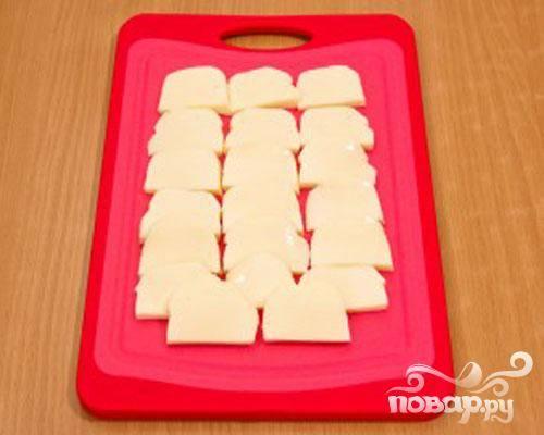 3.Небольшими пластинками нарезаем сыр.