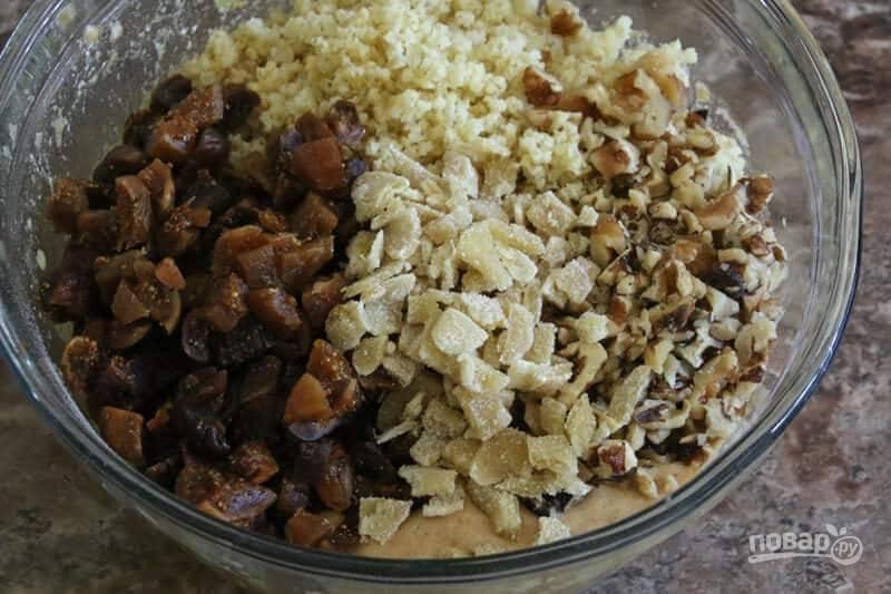 3.В другой миске смешайте яйца, мед (1/3 стакана), растительное масло, добавьте ванильный и лимонный экстракт, 3 чайных ложки лимонной цедры, взбейте до образования единой массы. Всыпьте половину мучной смеси, затем влейте пахту (кефир), снова мучную смесь и перемешайте. Добавьте кашу, нарезанный инжир, имбирь, нарезанные крупно орехи.