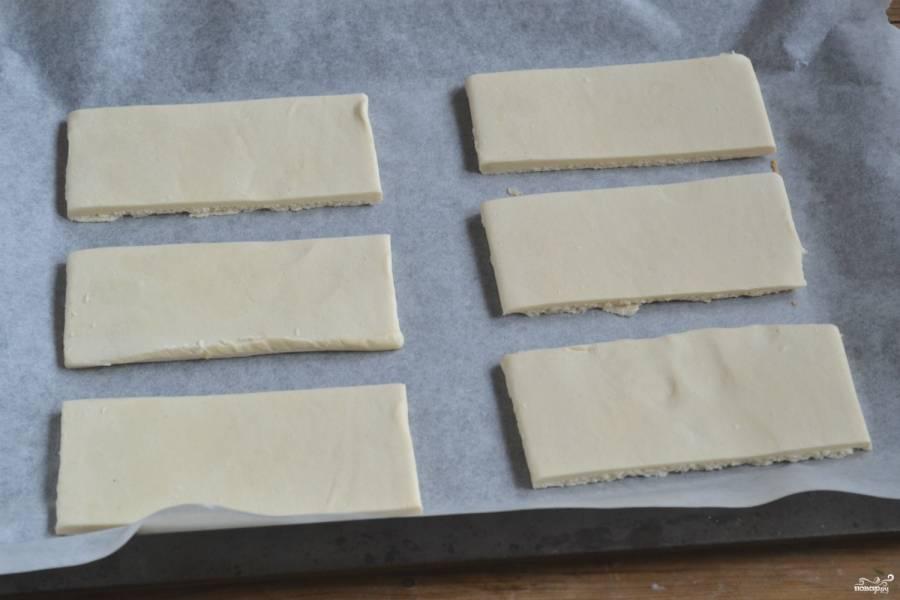 Тесто слегка разморозьте и порежьте острым ножом на пластины примерно 4 на 6 см.